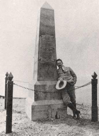 O engenheiro Balduíno junto à pedra fundamental de Brasília