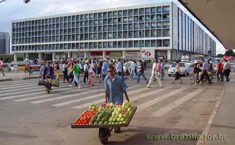 Localização do Conjunto Nacional Brasília junto à plataforma Rodoviária  criou um shopping center de intensa movimentação 26b40ed3a78b9