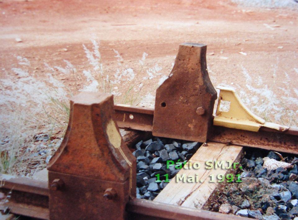 Calço de ponta de trilhos em pátio ferroviário